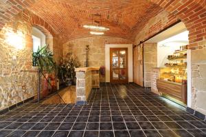 Kulturní centrum, čedičová dlažba v historické budově