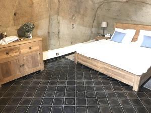 Skalní pokoj s čedičovou dlažbou